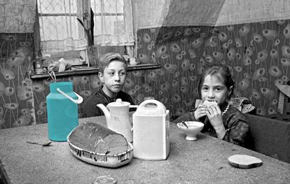 Humanitas Pflegedienst Kinder beim Frühstück mit grüner Milchkanne