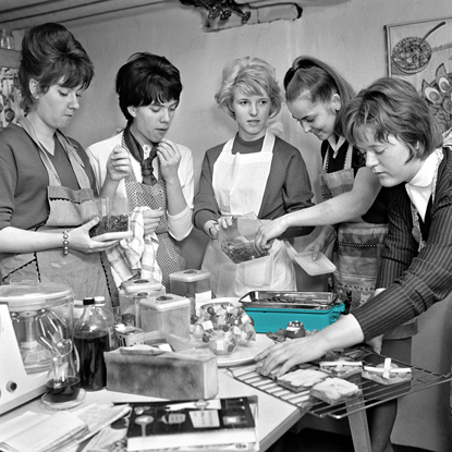 Humanitas Pflegedienst Tagespflege junge Frauen mit grüner Waage