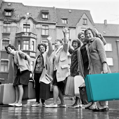 Humanitas Pflegedienst Wohngemeinschaft früher mit grünem Koffer