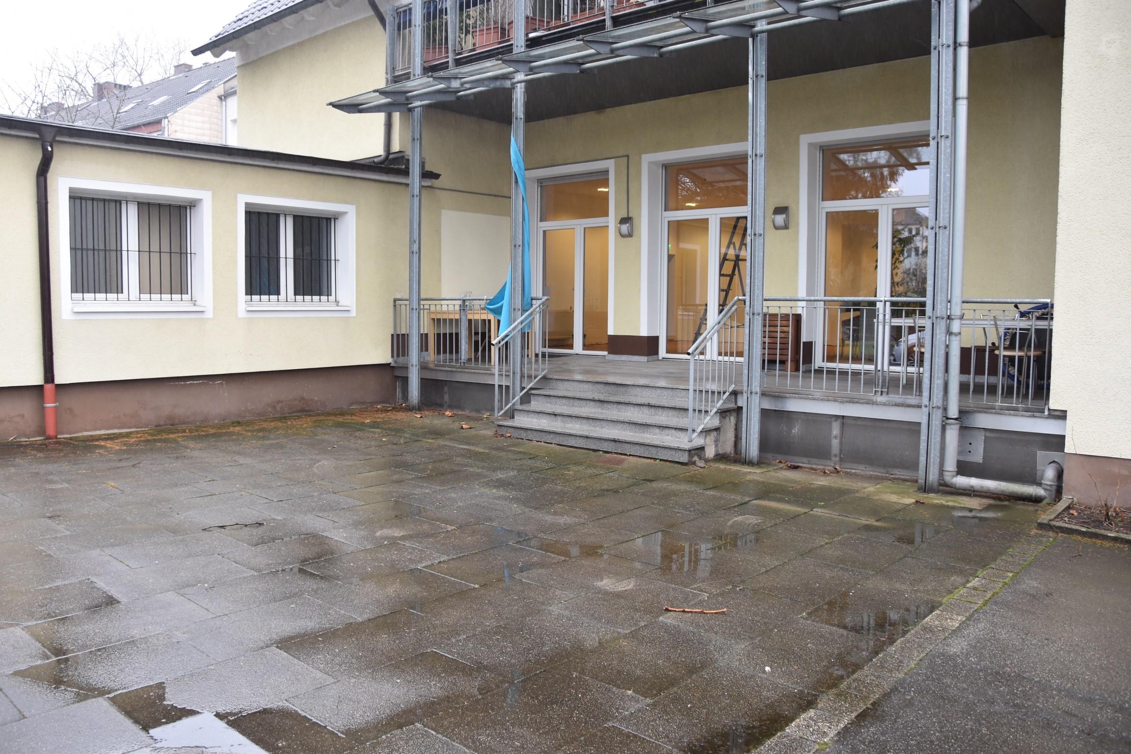 Villa Humanitas gelbes Gebäude von außen während der Umbaumaßnahmen